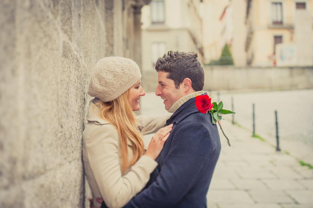 Hediyenize Memnuniyetle Eşlik Edecek En Güzel Aşk Şiirleri
