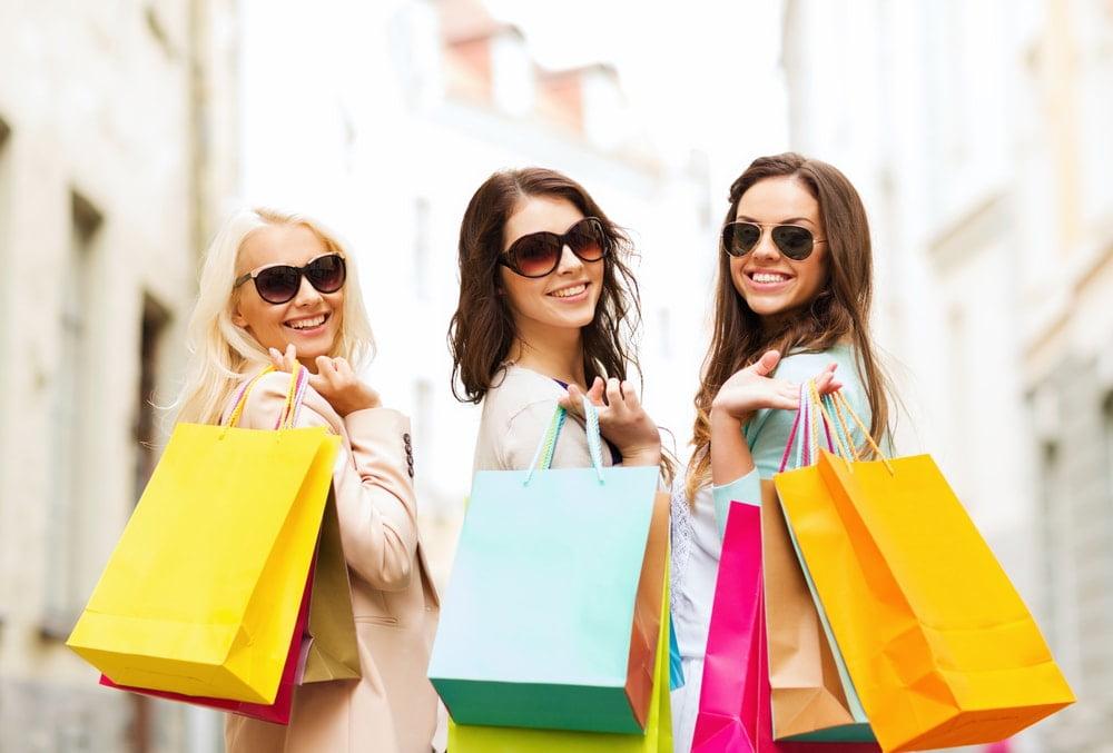 alışveriş yapan mutlu kadın