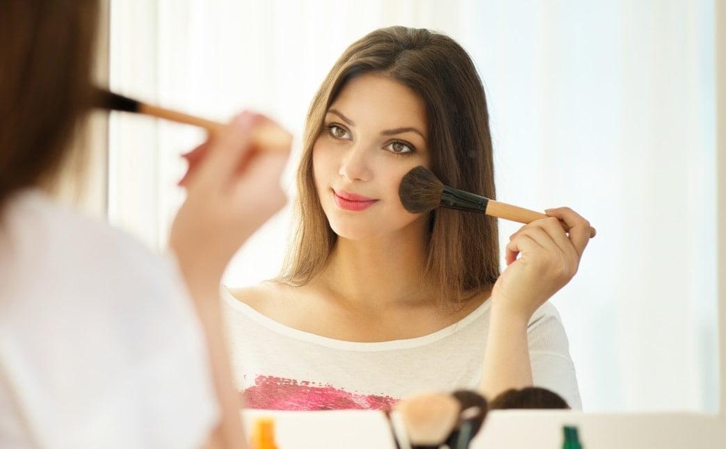 makyaj yapan kadın